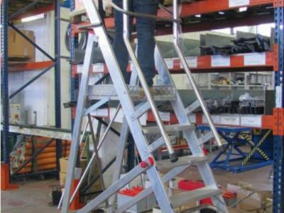 W jaki sposób podesty i schody aluminiowe zwiększają bezpieczeństwo w miejscu pracy?
